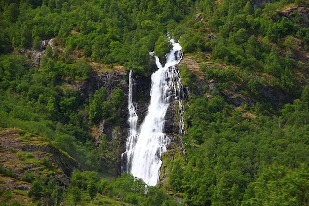 Montagne e valli lungo flamsbana, la ferrovia flam, norvegia