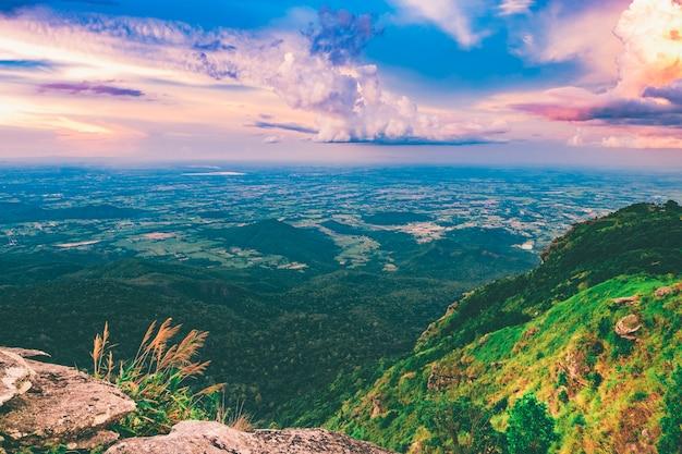 Vista sulle montagne estate mattina tempo paesaggio con sole e pini alpini.