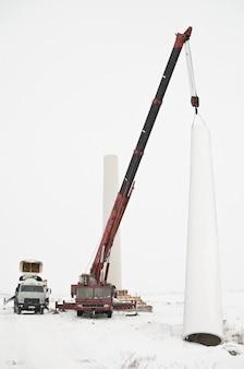 Montare una turbina eolica in condizioni invernali