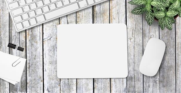 Modello di tappetino per mouse. tappetino bianco sul tavolo con oggetti di scena. - immagine