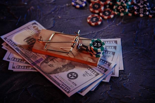 Trappola per topi su banconote in dollari e chip del casinò. dipendenza dal gioco.