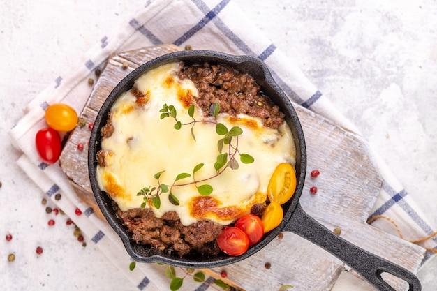 Moussaka. piatto greco tradizionale. carne di manzo o agnello tritata al forno con melanzane, pomodori e formaggio.