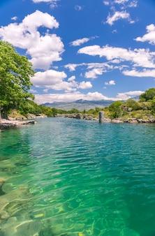La foce del pittoresco e veloce fiume tsievna. cascate del niagara. montenegro, podgorica.