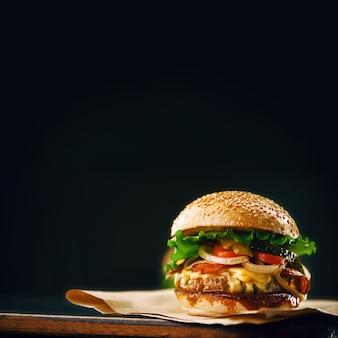 Deliziosi hamburger fatti in casa da leccarsi i baffi usati per tagliare la carne sul tavolo di legno.