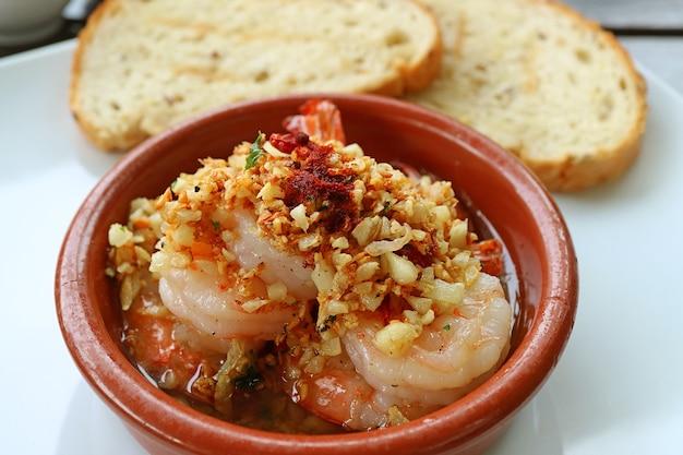 Delizioso piatto spagnolo ben noto di gambas al ajillo o gamberi all'aglio