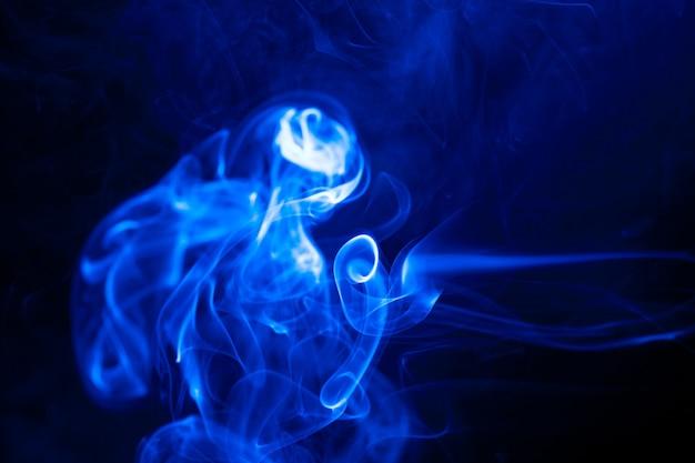 Fumo di movimento blu su sfondo nero.