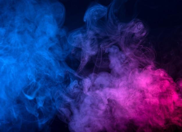 Movimento del fumo di colore isolato sul nero