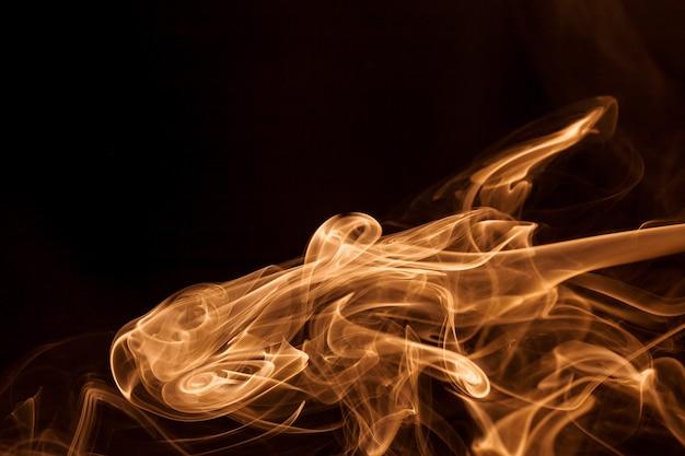 Fumo d'oro movimento su sfondo nero.