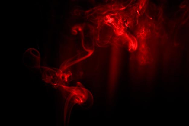 Movimento dell'estratto del fumo su fondo nero