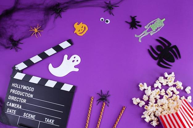Film batacchio in ragnatele ragni occhi fantasma su sfondo viola lilla