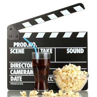 Ciak film, cola e popcorn isolati su bianco