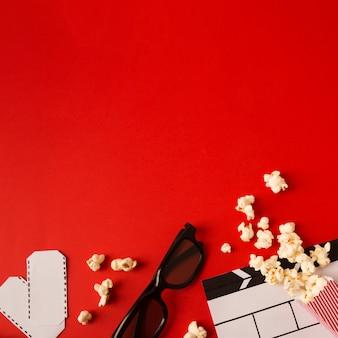 Composizione del film su sfondo rosso con spazio di copia