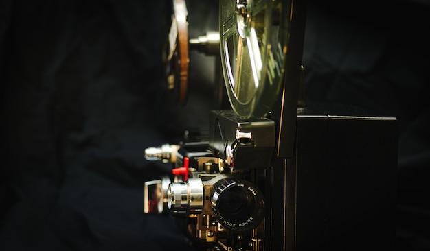 Proiettore cinematografico su sfondo scuro con raggio di luce 8mm
