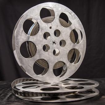 Bobina di film su una superficie nera
