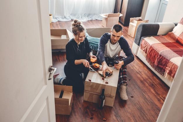 Giorno del trasloco nuova casa il giorno di san valentino disimballaggio scatole sposini concetto coppia che celebra il trasloco in