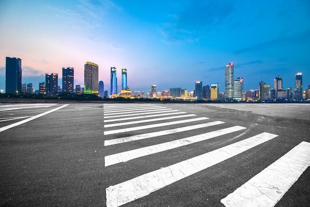 Spostamento in avanti cavalcavia mosso con skyline della città, scena notturna