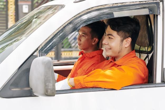 Spostare i lavoratori del servizio che viaggiano verso il cliente