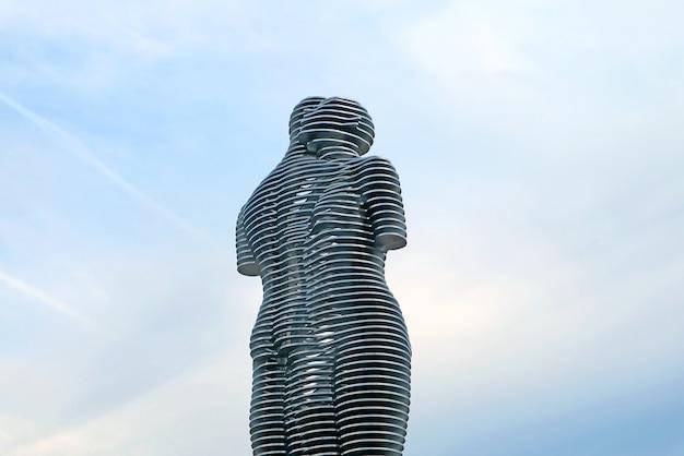 Statue in acciaio in movimento di ali e nino nel momento in cui si incrociano
