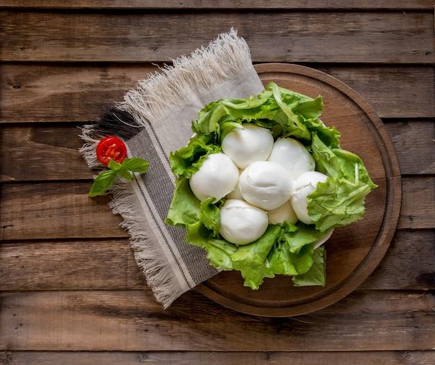 Bocconcini di mozzarella su lattuga fresca