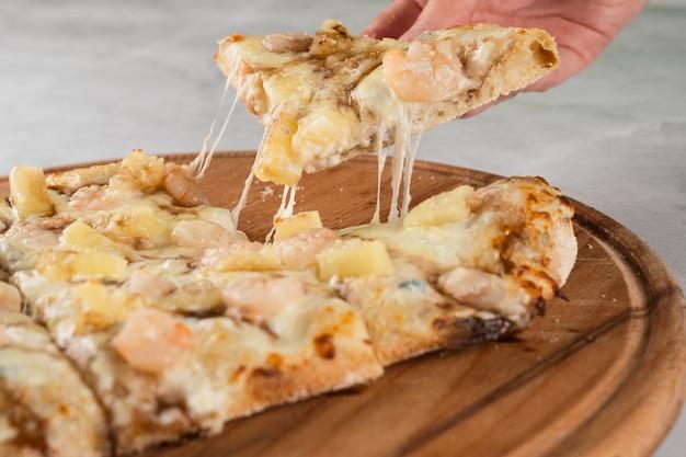 Mozzarella che allunga il formaggio su cucina italiana gourmet di pinsa romana. consegna cibo da pizzeria. cibo spazzatura.