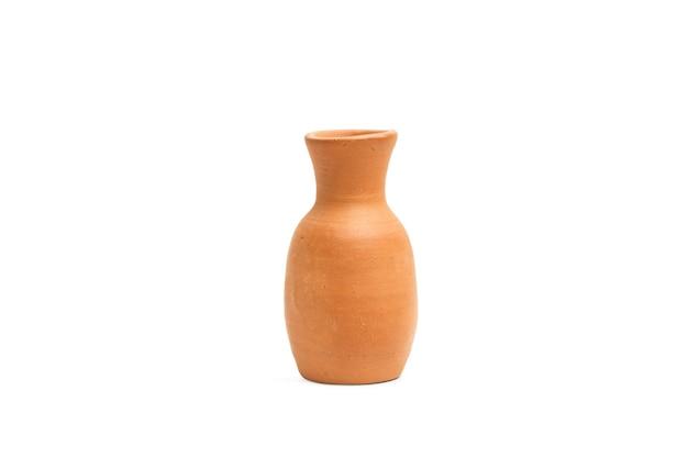 Un vaso di fango isolato su uno sfondo bianco