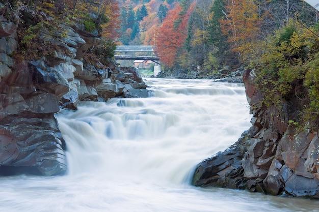 Cascata fangosa sulla montagna d'autunno fiume prut (yaremcha, ucraina)