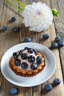 Muffin con i mirtilli su un piatto