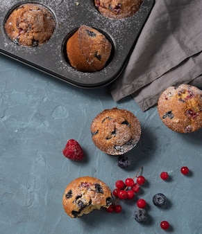 Vista superiore al forno del dolce casalingo del mirtillo dei mirtilli dei muffin