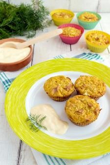 Muffin di cavolo con prosciutto e formaggio. salsa di panna acida.