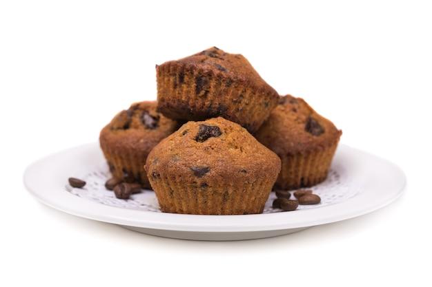 Muffin con ripieno di cioccolato cucinati in casa su uno sfondo bianco