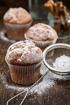 Muffin con uvetta. torta fatta in casa con zucchero a velo