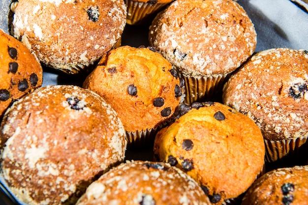 Muffin con uvetta su superficie di legno