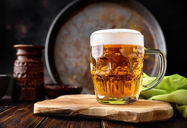 Boccale di birra su fondo rustico scuro