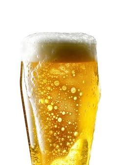 Boccale di birra su sfondo bianco
