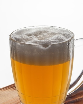 Boccale di birra con schiuma isolata