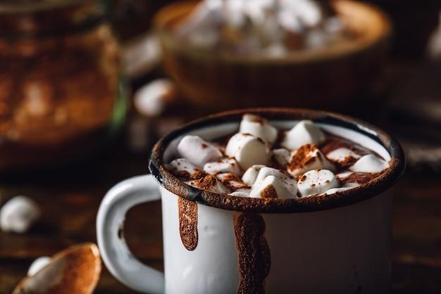 Tazza di cacao con marshmallow. vista ravvicinata con copia spazio in alto.