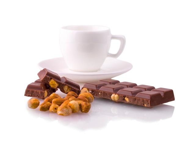 Tazza di caffè e cioccolato con noci