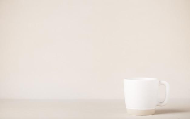 Tazza di bevanda al caffè su sfondo di colore morbido
