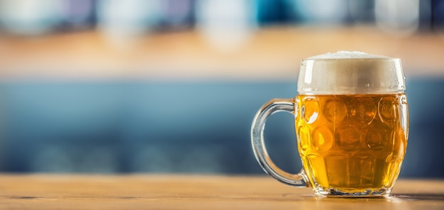 Boccale di birra fredda sul bancone del bar in pub o ristorante.