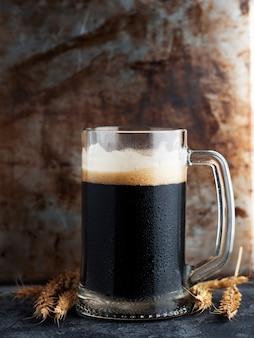 Boccale di birra scura
