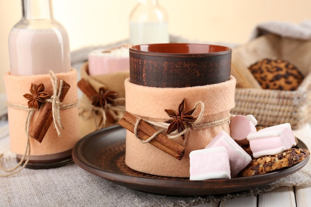 Tazza di bevanda calda decorata in feltro sul tavolo di legno