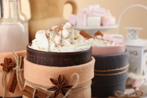 Tazza di bevanda calda decorata in feltro su tavola di legno