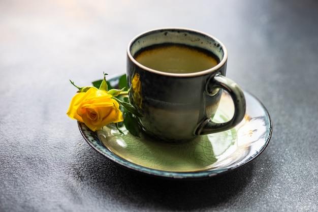 Tazza con rose gialle