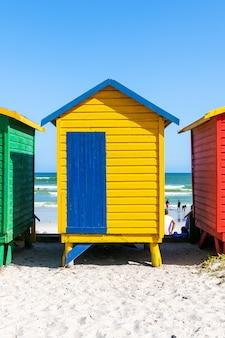 Spiaggia di muizenberg con cabine in legno colorate a cape town, sudafrica