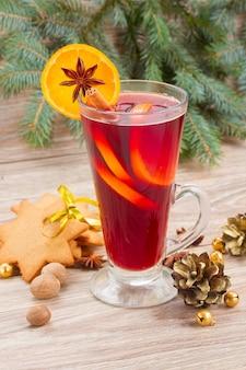 Vin brulè con abete rosso dell'albero di natale