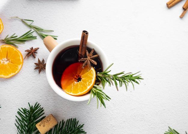 Vin brulè alle spezie con rami di abete e mandarini