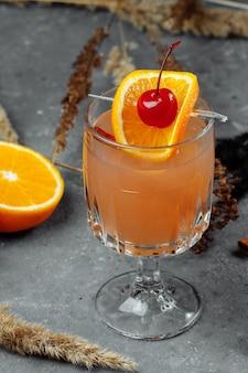 Vin brulè in bicchieri di vetro con mele arancia e cannella