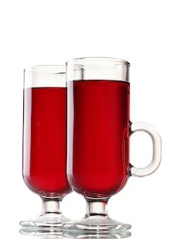 Vin brulé nei bicchieri isolati su bianco