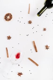 Ingredienti del vin brulé su fondo bianco. disposizione piatta, vista dall'alto