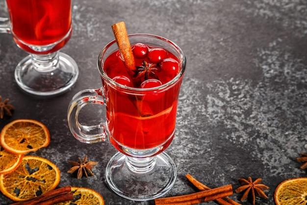 Vin brulè con cannella, anice, mirtilli rossi e arancia.